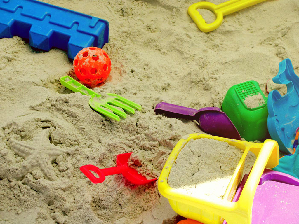 © flickr – Danielle Elder – Beach toys