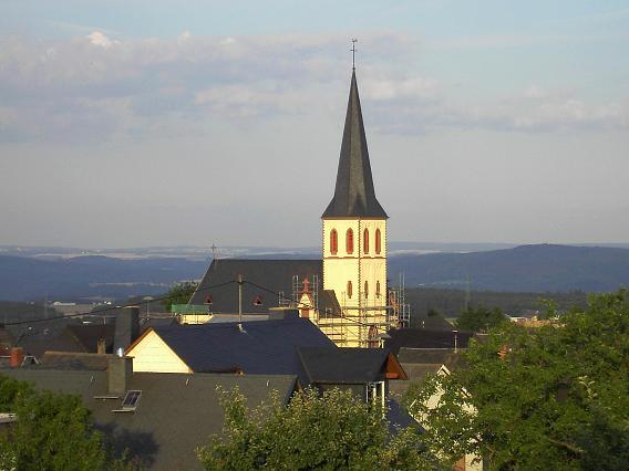 Die Pfarrkirche im Sommer 2005 während der Renovierungsarbeiten